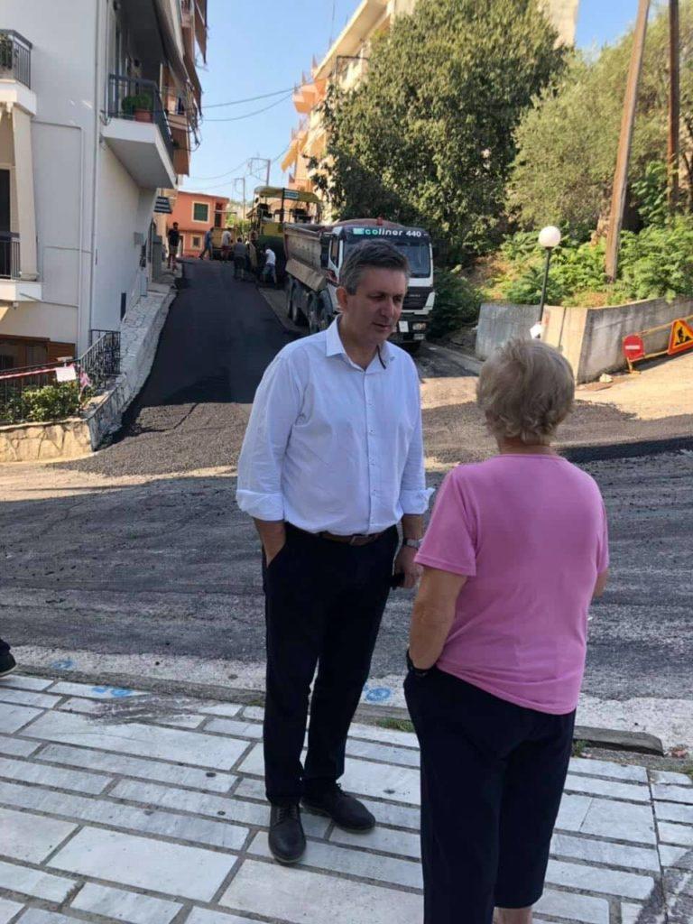 Ο Δήμαρχος Αρταίων Χρήστος Τσιρογιάννης συζητάει με κάτοικο των περιοχών που γίνονται τα έργα ασφαλτόστρωσης