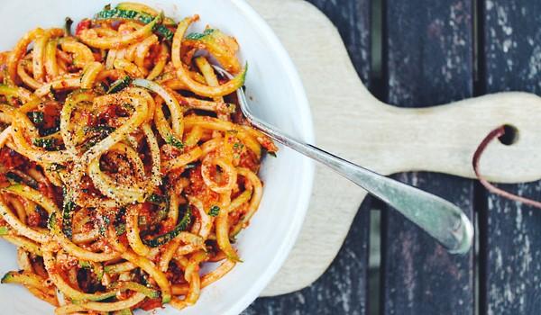 Μακαρονάδα με Σύγκλινο Μάνης, λαχανικά και φέτα (Συνταγή)