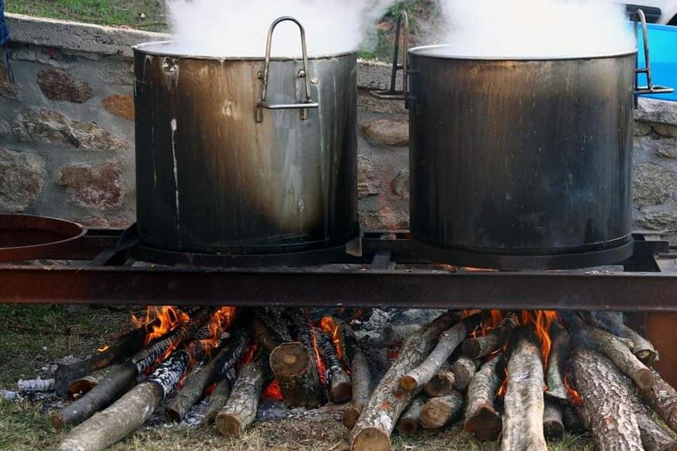 Παραδοσιακή φασολάδα και ζεστό ψωμί στο ξυλόφουρνο για όλους