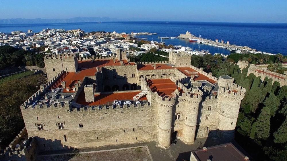Εντός των τειχών της Μεσαιωνικής πόλης της Ρόδου από ψηλά