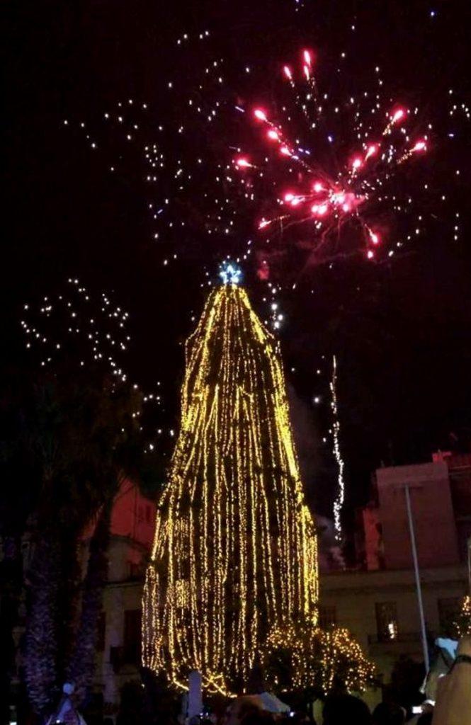 Φωταγωγήθηκε το Χριστουγεννιάτικο δέντρο στη Χαλκίδα