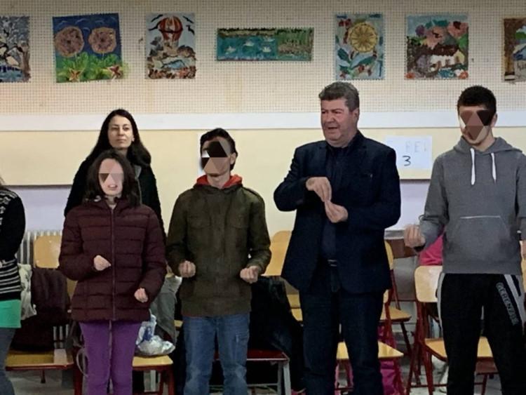 Παιδιά με αναπηρία έμαθαν στον Δήμαρχο λέξεις στη νοηματική γλώσσα