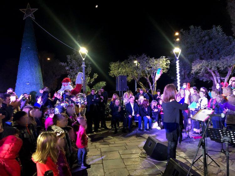 χορωδία στο Δήμο Παλαιού Φαλήρου αφότου άναψε το Χριστουγεννιάτικο Δέντρο