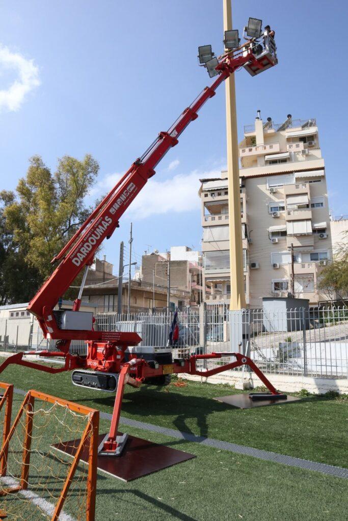 Νέος ηλεκτροφωτισμός στο Γήπεδο ποδοσφαίρου του Δήμου Περάματος - Εντυπωσιακός ο μηχανισμός αράχνη για την τοποθέτηση