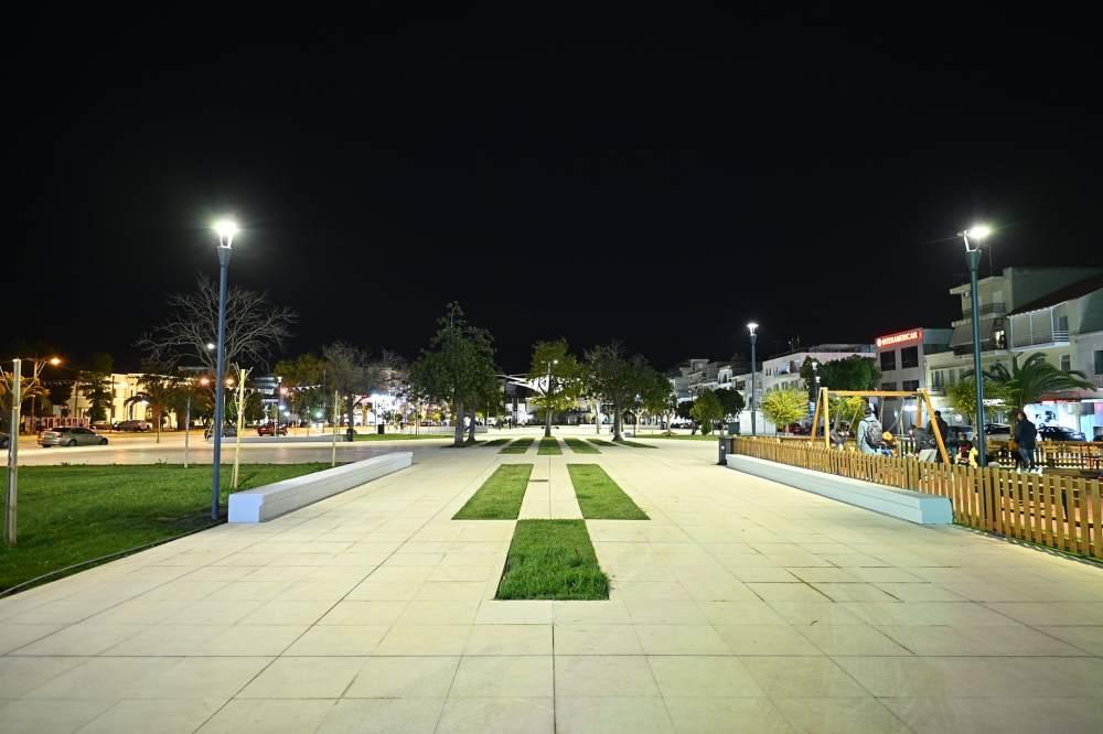 Πλατεία Παναγή Τσαλδάρη στη Κόρινθο Παραδόθηκε στους Δημότες μετά από χρόνια η Πλατεία νύχτα