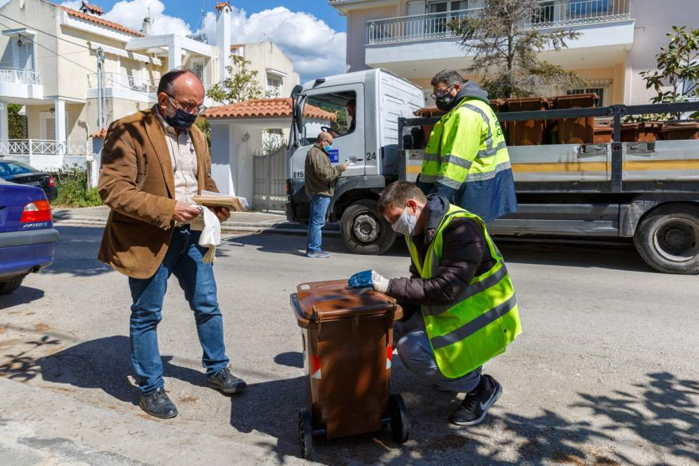 Καφέ κάδοι συλλογής βιοαποβλήτων στη Νέα Ερυθραία - ο Αντιδήμαρχος Περιβάλλοντος και Πρασινου Κηφισιάς