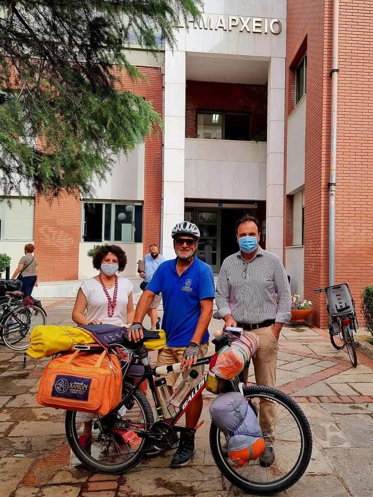 Ο γύρος της Ελλάδας με ένα ποδήλατο (ΦΩΤΟ) με τον Δήμαρχο Τρικκαίων