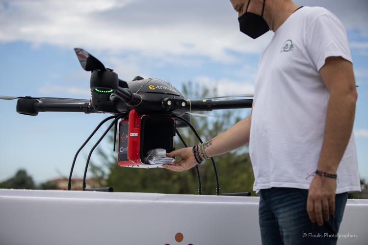 Φάρμακα με drone στα Τρίκαλα - τοποθέτηση φαρμάκων και έτοιμο για πτήση