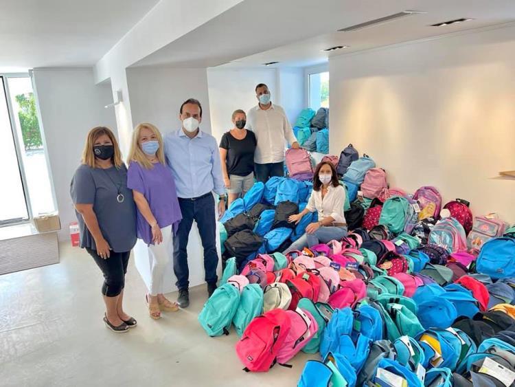 600 σχολικές τσάντες γέμισαν στον Δήμο Γλυφάδας - Φωτογραφία με τον Δήμαρχο